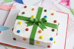Tarta de cumpleaños fácil decorada con fondant , Aprende a hacer paso a paso una tarta de cumpleaños muy fácil y decorada con fondant y lacasitos. Una preciosa tarta de cumpleaños con forma de regalo.