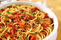 Spaghetti con salsa matriciana alla marchigiana    Ricetta :  ingredienti  1 n Cipolla  250 g Guanciale  1 cu Olio Di Oliva Extravergine  320 g Pasta Di Semola  qb Pepe  1 n Peperoncino  700 g Pomodori Maturi  qb Prezzemolo  qb Sale.  Preparazione  ingredienti :      320 g di spaghetti    250 g di guanciale di maiale    1 cucchiaio di olio extravergine d'oliva    1 cipolla    1 peperoncino rosso piccante    700 g di pomodori maturi    1 ciuffo di prezzemolo    sale e pepe