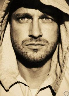 This is one sexy pic of Gerard Butler
