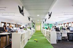 Melty Network est devenu en 4 ans le site media des 18-30 ans. Armé d'une technologie de pointe, il réinvite le genre et capitalise aujourd'hui 3,5 millions de visiteurs uniques sur l'ensemble de ses 7 sites (source : Médiamétrie//NetRatings, août 2012). Voici l'openspace de leurs nouveaux locaux situés au Kremlin-Bicêtre. Office 2020, Cool Office, Office Space Design, Modern Office Design, Le Genre, Office Carpet, Le Site, Commercial Design, Office Interiors