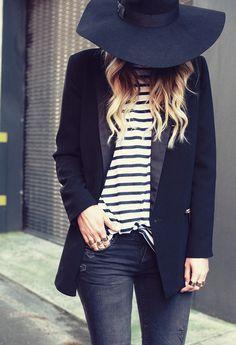 La marinière, l'atout casual des looks masculin/féminin. Avec du chapeau grand, des jeans, et un smoking.