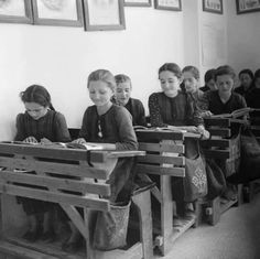 Greece, girls reading at desks in classroom in Métsovon Vintage Pictures, Old Pictures, Old Time Photos, Greece Pictures, Greece Photography, Greek History, Vintage School, Girl Reading, History Photos