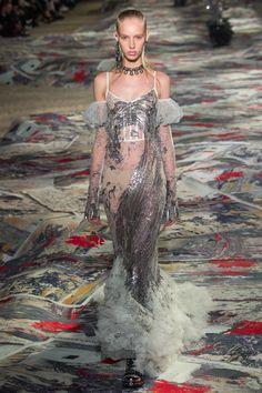 Alexander McQueen Spring 2017 Ready-to-Wear Fashion Show - Jessie Bloemendaal