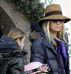 Hoed en zonnebril op om de pers te ontmoedigen na het ongeval van Friso in Lech (februari 2012)