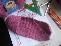 Olá!   Olha só que legal esta sapatilha em crochê! Calça muito bem e é uma delícia no pé. É uma opção prá quem gosta de andar com meias den...