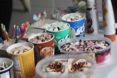 Ihanista herkuista koostuva jäätelöbaari on syntymäpäivien vetonaula, jossa jokainen juhlija saa koota juuri sellaisen jäätelöannoksen kuin it… Acai Bowl, Jimin, Pudding, Breakfast, Tableware, Birthday, Party, Desserts, Food