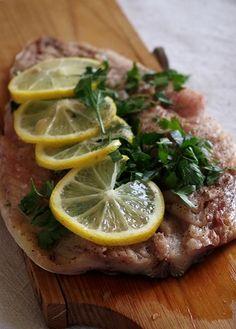 Я люблю скумбрию в любом виде, особенно запеченную с лимоном и какими-нибудь ароматными травками, нет рыбы вкуснее! В этот раз это скумбрия с петрушкой, лимоном и сливочным маслом. Притом, на все про все нужно не более получаса, и вкуснейший ужин готов, главное – не зевать и не…