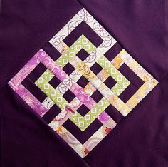 Free pattern: Endless knot by Brooke Johnsen at Pitter Putter Stitch; based on the Interlocking Seasons Quilt Block Tutorial at The Parfait Cafe