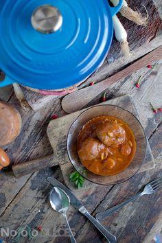 Receta de carrilleras o carrillada ibérica con salsa de vinos y verduras con piñones. Receta cocinada en cocotte Le Creuset
