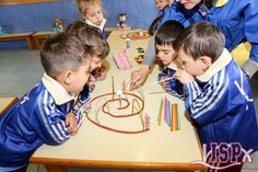In the classes of P3 #elpeixetschool the students perform speech stimulation exercises with the aim of preventing possible linguistic alterations. With the breathing and exhaling activities, they not only enjoy what they do, but they also stimulate the place of articulation. #estimulacióntemprana