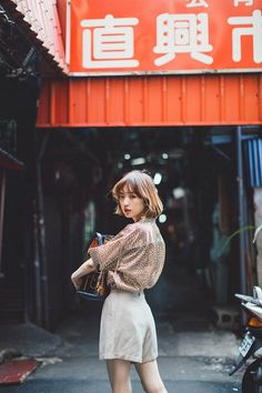 Photography Poses Women, Girl Photography, Street Photography, Fashion Photography, Pose Reference Photo, Female Pose Reference, Japanese Photography, Figure Poses, Street Portrait