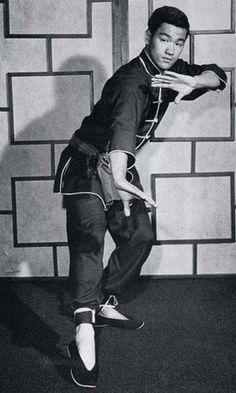 Bruce Lee practising Jeet Kune Do. Bruce Lee Martial Arts, Kung Fu Martial Arts, Mixed Martial Arts, Brandon Lee, Bruce Lee Frases, Bruce Lee Quotes, Wing Chun, Ben Bruce, Jeet Kune Do
