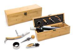 Caja en madera bambú para una botella de vino. Con 4 accesorios de bar con aplique en bambú, Sacacorchos des-capsulador de un tiempo. Corta-gotas. Tapón metálico. Aro anti-goteo.