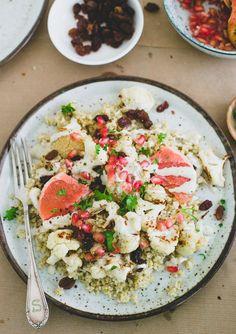 Tahini, bulgur en bloemkool: een combinatie die wij al een paar jaar eten en waar we nooit genoeg van krijgen. Geroosterde bloemkool gecombineerd met gekruide bulgur, rozijnen, granaatappelpitjes en goddelijke tahinisaus maakt dit gerecht tot één van onze nieuwe favorieten. (Je zet hem ook nog eens binnen 30 minuten op tafel.) Let's go! Misschien is … Lees verder Bulgur met bloemkool & tahini →