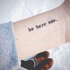 20 Ideas para tatuajes con las mejores frases de la vida que querrás hacerte…