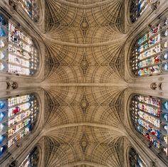 La chapelle de King's College est située dans l'enceinte de l'université de Cambridge. En dessous de la plus grande voûte en éventail du monde, ses vitraux illuminent l'édifice de 88 mètres de long. Le photographe a ici joué sur la symétrie et a finition extrêmement précises de la chapelle pour donner une image surréaliste.