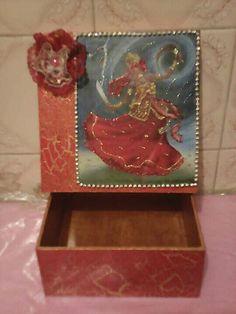 Caixa de mdf 16×16,craquelada,com pérolas adesivas e rendas. Aceito encomendas com qualquer motivo religioso.