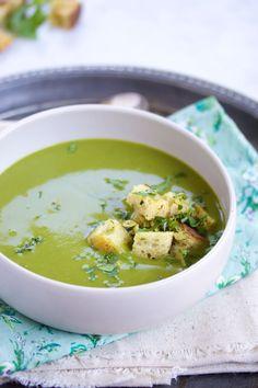Sopa de brócoli, espinaca y cilantro con crutones