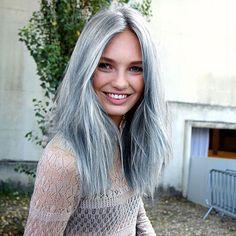 cheveux gris aux reflets bleus