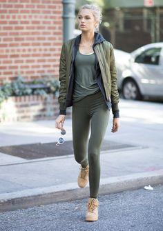 Es gab mal eine Zeit in den frühen 2000ern, da trugen plötzlich viele Frauen schwarze Leggings. Im Alltag, nicht zum Sport. Während die einen damals die gemütliche Hose feierten, fragten sich die anderen verzweifelt, ob es eine textile Verwechslung gegeben hatte. Wenn nun also die noch viel bequemere Yoga-Hose Kurs aufnimmt, um die Jeans zu ersetzen, möchten wir vorsichtshalber keine Fragen offen lassen.