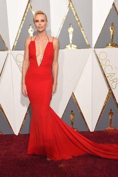 Charlize Theron  en robe Dior. PHOTOS. Les plus belles robes du tapis rouge des Oscars 2016