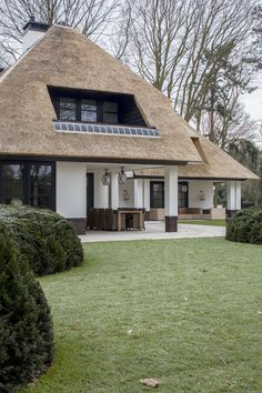 Awesome Small House Design Ideas With Thatched Roof - Freedsgn Modern Small House Design, Minimalist House Design, Thatched House, Thatched Roof, Style At Home, Cute Small Houses, Different House Styles, Dutch House, Tuscan House