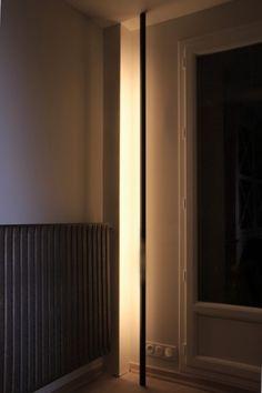 Une lampe comme vous n'en aviez jamais vu auparavant. Pensée comme une passerelle verticale lumineuse reliant le sol au plafond, cette lampe est la touche originale et design de votre déco. Elle apporte une ambiance chaleureuse, en toute discrétion, avec un éclairage chaud, diffus, et indirect. #original #unique #luminaire #industriel #minimaliste #zen #éclectique #tendance #design #vertical #hopfab