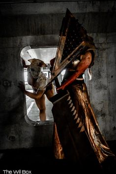 Silent Hill's Nurse (Kayla Rose) and Pyramid Head (Oshley Cosplay).