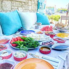Cumartesi sabahına harika bir kahvaltıyla başlamaya ne dersiniz? Hotel @1850alacati ・・・ ☎️ 0232-7166282  www.kucukoteller.com.tr/1850-hotel-alacati Kahvaltıda yöresel peynir ve zeytinleri, ev yapımı reçelleri, tuzlu yoğurt, zahter, çökelek ve Germiyan ekmeği gibi özel lezzetleri deneyebilirsiniz. Kendi bahçelerinden gelen yeşillik ve yumurtalarla birlikte, otelin cafesinde günün her saatinde Ege kahvaltısı, zeytinyağlılar, Boşnak mantısı ve böreği tadılabilir.