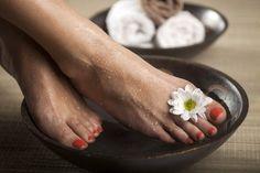Listerine Foot Soak For Healthy And Well-Nourished Feet Best Foot Scrub, Diy Foot Soak, Foot Soaks, Listerine Foot Soak, Sugar Scrub Recipe, Soft Feet, Nail Fungus, Tea Tree Essential Oil, Feet Care