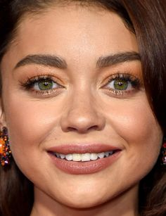 Close-up of Sarah Hyland at the 2017 Emmy Awards.