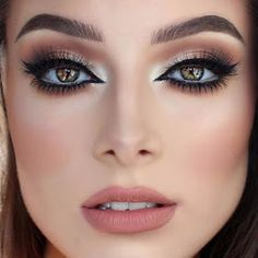 Here's everything you need to know about night makeup and how you can make it look perfect throughout the evening. Evening makeup doesn't necessarily have. Beautiful Eye Makeup, Natural Eye Makeup, Blue Eye Makeup, Perfect Makeup, Beautiful Eyes, Evening Makeup, Night Makeup, Eyeshadow Brushes, Eyeshadow Looks