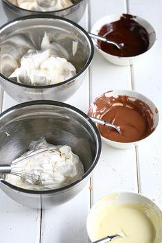 Herkullinen kolmen suklaan juustokakku syntyy vaivattomasti ilman liivatetta. Kakun pohjassa on voin sijasta valkosuklaata antamassa ihanaa makua. Chocolate Fondue, Baking, Desserts, Food, Diy Ideas, Nice, Decor, Tailgate Desserts, Deserts