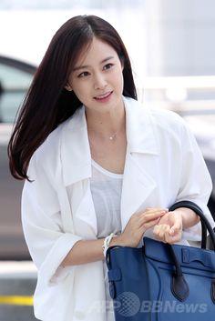韓国・仁川国際空港(Incheon International Airport)から中国・杭州(Hangzhou)ヘ向けて出発する、女優のキム・テヒ(Kim Tae-Hee、2014年6月14日撮影)。(c)STARNEWS ▼23Jun2014AFP キム・テヒ、ドラマ出演のため中国・杭州へ出発 http://www.afpbb.com/articles/-/3018437 #Kim_Tae_Hee