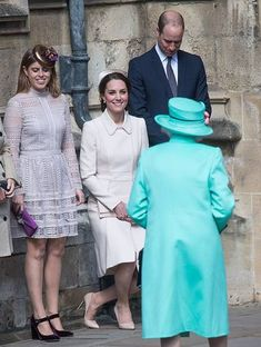 The royal curtsy is one of the most intriguing traditions. And from Meghan Markle, Princess Diana, Duchess Catherine and Sarah Ferguson, we've rounded up the best royal curtsies of all time. Princess Beatrice, Princess Eugenie, Princess Diana, Duchess Of Cornwall, Duchess Of Cambridge, Meghan Markle, Herzogin Von Cambridge, Kate Middleton Prince William, Estilo Real