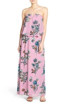 This cheerful maxi dress in a sweet and feminine floral print is an essential this season.