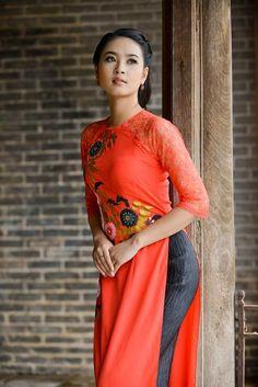 Người đẹp e ấp thời trang áo dài ở Huế