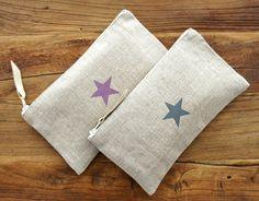 Trousse en lin doublée en liberty fleuri, décorée d'une étoile peinte au pochoir, couleur au choix.
