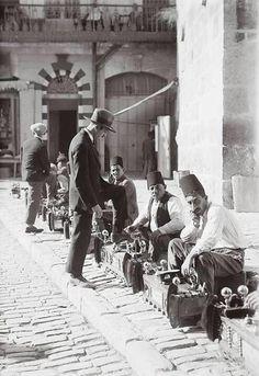 Antes de que los sionistas ocupasen Palestina, era un páramo desolado donde no había nadie.. ejem, los de la foto sólo pasaban por allí