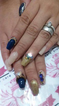 Uñitas en color azul, con nude, cristales, medios balines y swarovski Hermosas para combinar con todo Color Azul, Swarovski, Crystals, Blue Nails