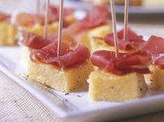 Avec les lectrices reporter de Femme Actuelle, découvrez les recettes de cuisine des internautes : Canapés de polenta au parmesan et jambon