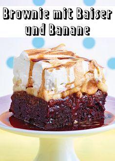 Als wäre der Brownie nicht schon fantastisch genug, bekommt er für dieses Rezept noch Banane, Baiser und Espressosirup on top.