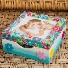 Mit dieser süßen Bastelidee schwirren die Fotos ihrer Lieben nicht mehr im Kasten herum, sondern haben einen tollen Platz für Erinnerungen. Toy Chest, Storage Chest, Toddler Bed, Toys, Home Decor, Memories, Handarbeit, Craft, Kids