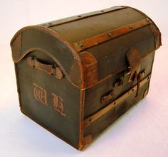 Travelling in style - indeed. This vintage English trunk is absolutely gorgeous.