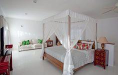 O estilo de casa de praia está presente nos tons neutros e na cama com dossel do quarto projetado pela arquiteta Ligia Resstom, em Trancoso. Há alguns toques de cor nas almofadas