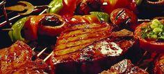 """Schon seit ca. 300 000 Jahren erfreuen sich die Menschen daran, ihr frisch erlegtes """"Jagdgut"""" über offenem Feuer zu garen. Aufgrund dieser Tatsache zählt das Grillen zu den ältesten Methoden der Nahrungszubereitung, was Forscher durch…"""