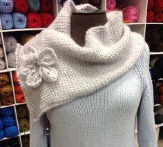 Petit foulard au crochet tunisien. Crochet 6mm avec laine Lace de Patons. Creations, Fashion, Tunisian Crochet, Knits, Lace Up, Headscarves, Woman, Moda, La Mode