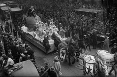 Circa 1925, Manhattan, NY:  Santa Claus rides a parade float pulled by a team of horses down Broadway during the annual Macy's Thanksgiving Day Parade. — Image by © Bettmann/CORBIS - very cool blog