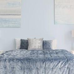 Ejemplos de dormitorios con buen feng shui | LoveToKnow Consejos Feng Shui, Comforters, Blanket, Furniture, Home Decor, Feng Shui Bedroom, Buddha Decor, Blue Bed, Protection Spells