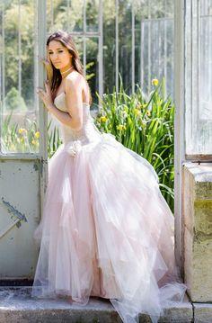 QuartzOn aime : ce rose tendre, qui change un peu du blanc virginal.Le site : Les mariées de Provence.